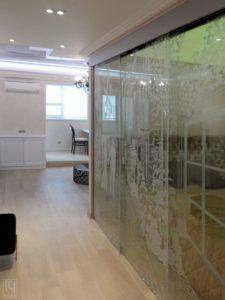 стеклянная перегородка в коридоре
