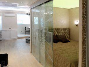раздвижная стеклянная перегородка спальни