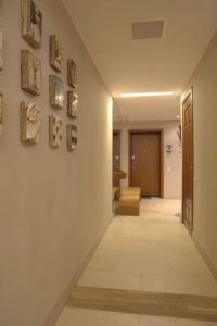 декор стены коридора