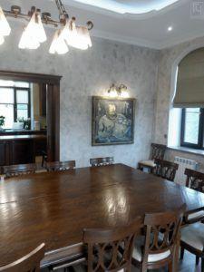 Большой стол в столовой