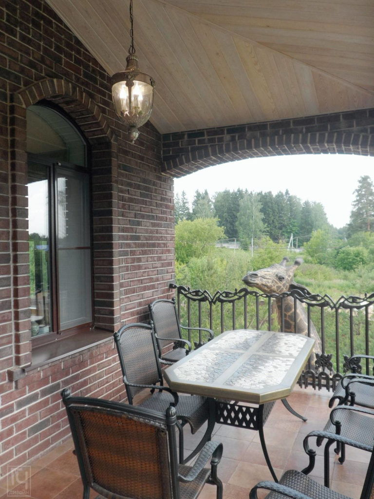 Архитектурное проектирование загородного дома - Кованная мебель на террасе
