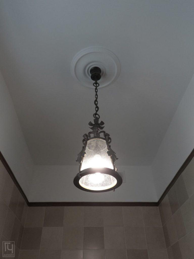 Подвесной светильник в санузле