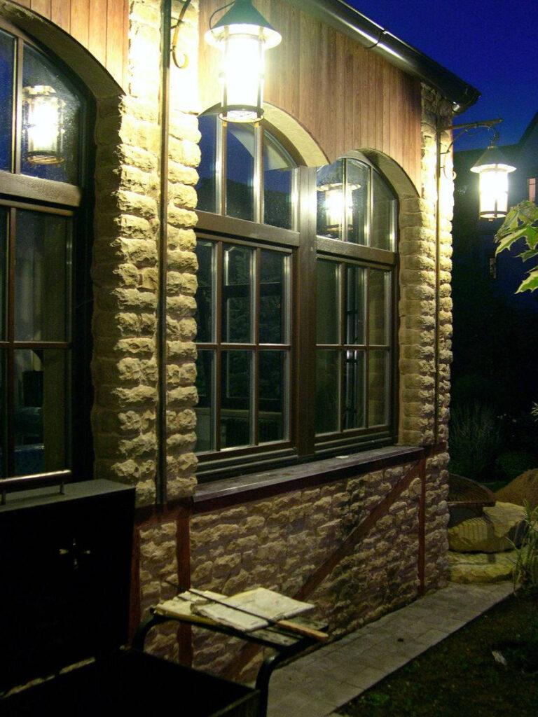 Светильники на фасаде пристройки